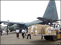 Avi�n con ayuda desde Bangldesh en el aeropuerto de Rang�n