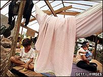 Una mujer y sus hijos en su casa destruida por el cicl�n en Rang�n