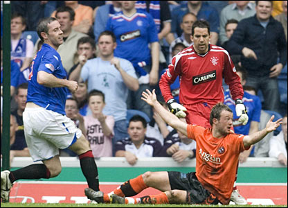 Dundee Utd's Noel Hunt (right) after a tackle from Rangers defender David Weir (left)