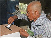 Un adulto birmano vota en el refer�ndum un un centro cercano a Rang�n, AP