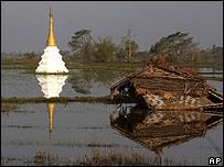 Un peque�o templo sumergido en terrenos inundandos junto a una casa destruida por el cicl�n