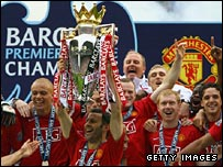 Manchester United lift the Premier League trophy