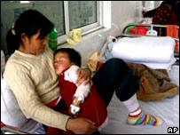 Madre con niño contagiado
