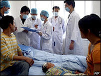 Médicos auscultan niño contagiado