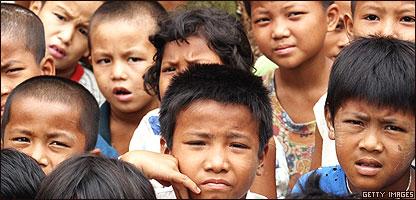 Ni�os en Birmania aguardan ayuda tras el cicl�n