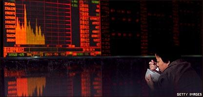 Un chino come frente a las pantallas de la bolsa de Shanghai