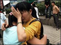 Mujeres chinas lloran tras el terremoto en Chengdu
