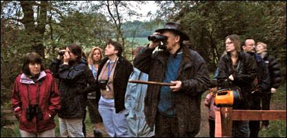 Ornitólogos afisionados escuchando y observando aves al amanecer