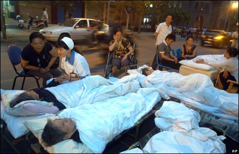 Nurses care for earthquake victims at a temporary aid post in Chengdu, 12 May 2008