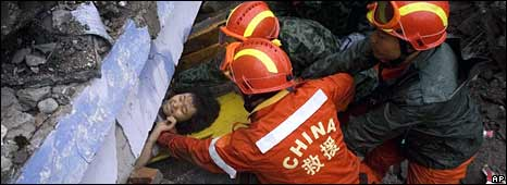 A girl is rescued from the rubble of Juyuan school in Dujiangyan (BBC)