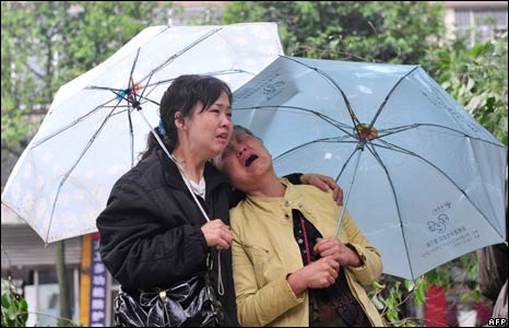 Chinese women weep in Dujiangyan