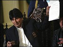 Evo Morales muestra la ley convocando al referendo revocatorio