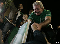 Rubén Costas, prefecto de Santa Cruz saluda a seguidores
