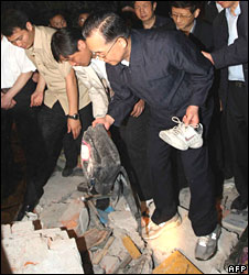 Chinese Premier Wen Jiabao at a school in Dujiangyan on 12 May 2008