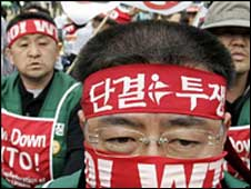 Korean farmers protest at WTO in Hong Kong