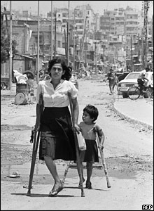 A Palestinian woman and her daughter come back from the Shatila refugee camp, 1985