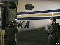 Policías escoltan la líder paramilitar Ramiro Vanoy a un avión que lo llevará a Bogotá para su extradición