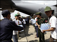Burmese troops unload water from a US Air Force C-130 at Rangoon airport (12 May 2008)