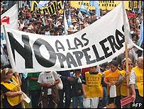 Manifestantes contra las papeleras