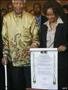 Nelson Mandela stands by his award - the Freedom of the City of Pretoria - held by Mayor Gwen Ramokgopa (r)