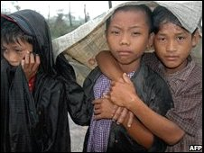 Young survivors of the cyclone Nargis wait under the rain to collect relief food in Kyaiklat, southwest Burma (12/05/2008)