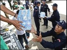 Packages of drinking water are unloaded from a US plane C-130 at the Rangoon International airport (12/05/2008)