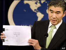 US envoy Sung Kim shows reporters documents brought back from North Korea  (13.05.08)