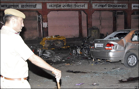 A policeman looks at the aftermath of the bombings in Jaipur (13 May 2008)