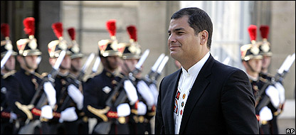 Rafael Correa a la entrada del elíseo en París