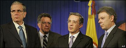 El ministro del Interior de Colombia Carlos Holguin, el comisionado para la Paz Luis Carlos Restrepo, el presidente �lvaro Uribe, y el ministro de Defensa Juan Manuel Santos