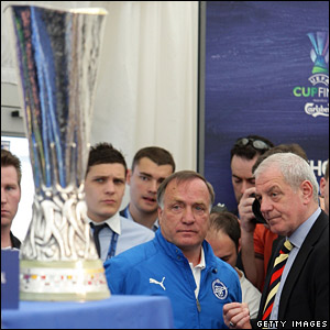 Zenit boss Dick Advocaat is aiming to stop Gers manager Walter Smith getting his hands on the Uefa Cup trophy