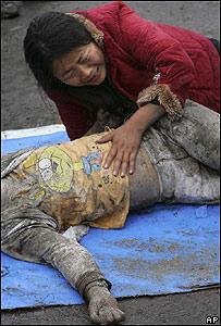Una madre llora a su hijo muerto en el terremoto, AP