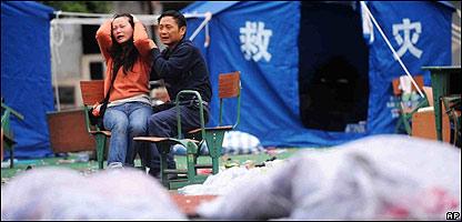 Una pareja llora desconsolada ante decenas de cadáveres, AP