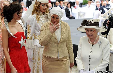 The Queen and Turkey's first lady, Hayrunnisa Gul with models