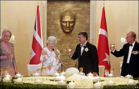 The Queen her husband Prince Philip (R), Turkish President Abdullah Gul (2nd R) and his wife Hayrunnisa Gul toast during a dinner at the Presidential Palace in Ankara.