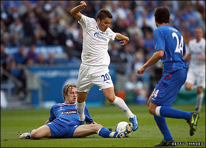 Rangers defender Sasa Papac is forced to stretch to tackle Viktor Fayzulin