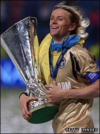 Anatoliy Tymoschuk celebrates with the Uefa Cup