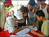Miembros de la ONG World Vision organizan las tareas de socorro