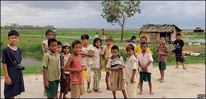 Niños sobrevivientes del Nargis en las afueras de Rangún