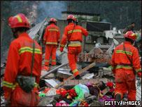 Rescatistas chinos en zona devastada por el terremoto