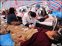 Atenci�n de heridos en un hospital provisional, AFP