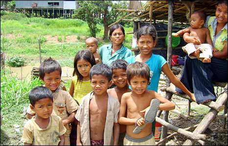 Mothers and children in Kampong Klaeng