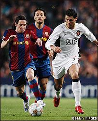 Messi y Ronaldo pelean el bal�n. Zambrotta los sigue.