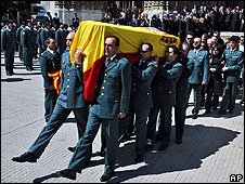 Colleagues carry the coffin of Spanish Civil Guard Juan Pinuel Villalon in Vitoria, 15 May 08