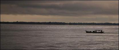 Bote en el que viajaban por el Amazonas los periodistas de la BBC
