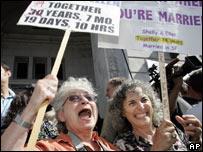 Partidarios del matrimonio gay y miembros de la comunidad homosexual celebran en California