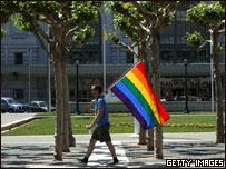 Partidario del matrimonio gay porta bandera en California