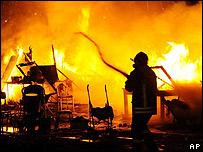 Apagando un incendio en un asentamiento de gitanos en Nápoles