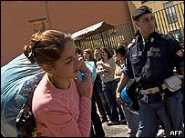 La policía desaloja a gitanos en Nápoles