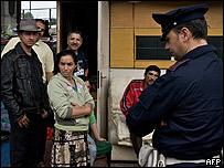 La policía en un asentamiento de gitanos en Nápoles